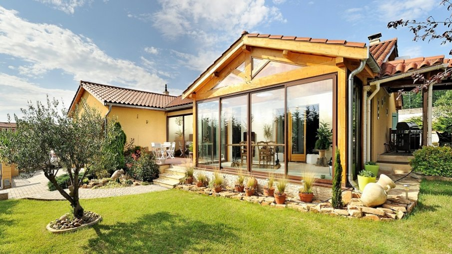 véranda en aluminium accolée à une maison classique